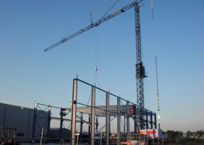 Torenkraan helpt bij bouw loods