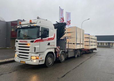 Autolaadkraan met platte aanhanger bij bouwgroep Schrijver in 's-Gravenpolder