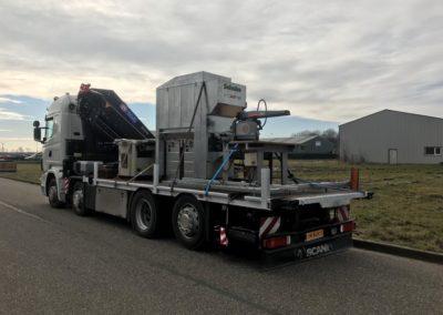 Transport op autolaadkraan van industriële machine